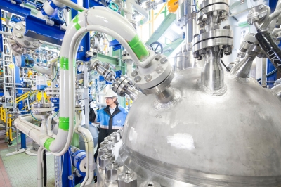 Kohlendioxid als neuer Rohstoff: Covestro baut jetzt 20 Prozent CO2 in eine Schaumstoff-Komponente ein. Die neu eröffnete Anlage in Dormagen hat eine Produktionskapazität von 5.000 Tonnen pro Jahr. ---------------------------------------Carbon dioxide instead of crude oil: Covestro is now incorporating 20 percent CO2 into a foam component. The newly opened plant in Dormagen, Germany has capacity of 5,000 metric tons per year.